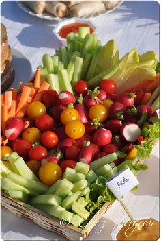 Concombre, tomates cerises, poivrons, carottes, céleris branche, endives, radis accompagné de 3 sauces, aïoli, cocktail et fromage blanc-ciboulette. Tapas, Party Buffet, Veggie Tray, Aioli, Food Presentation, I Love Food, Food Porn, Food And Drink, Appetizers