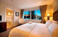 Esplanade Queenstown master bedroom and ensuite with spectacular lake views