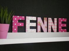 Houten letters beplakt met behang
