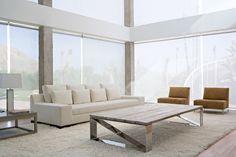 mesa de patas cromadas y tablero de madera rústica