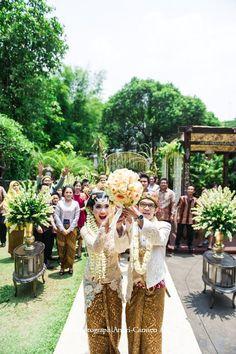 Javanese Wedding Procession Javanese Wedding, Indonesian Wedding, Wedding Poses, Wedding Ceremony, Indonesian Kebaya, Traditional Wedding, Bride Groom, Love Story, Dream Wedding