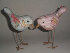 Pássaros confeccionados em tecido estampado <br>Pernas em arame encapado <br> <br>Cores opcionais <br>Ficam em pé sem apoio <br> <br>VALOR UNITÁRIO