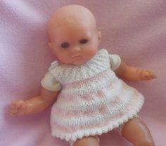 Explications de la mini-tunique : (j'ai tricoté une laine 3 en aiguilles 3,25 pour avoir une taille poupon 30cm soit 24 semaines .Tricotez une laine plus grosse avec des aiguilles plus grosses pour avoir une plus grande taille) Monter 98 mailles tricoter... Baby Born, Barbie Dolls, Doll Clothes, Knitting Patterns, Knit Crochet, Tags, Youtube, Crafts, Baby Doll Clothes
