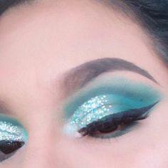 #BestEyeSerum Blending Eyeshadow, Green Eyeshadow, Glitter Eyeshadow, Eyeshadow Looks, Eyeshadow Makeup, Liquid Eyeshadow, Eyeshadow Ideas, Eye Makeup Cut Crease, Blue Eye Makeup