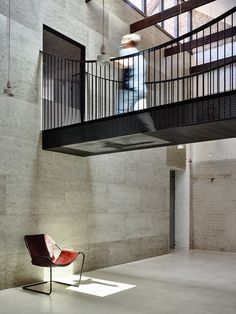 Fitzroy Loft is a minimal residence located inside a 125 years old chocolate factory in Melbourne, Australia, designed by Architects EAT. Australian Interior Design, Interior Design Awards, Casa Loft, Loft House, Contemporary Architecture, Interior Architecture, Modern Loft, Modern Homes, Interior Exterior
