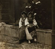 Примерно 1910 год. Итальянцы не входили в бывший соцлагерь, однако относятся к 8 Марта так же, как и россияне. Правда, выходного в этот день у них нет. Интересно, что итальянки совместно с мужчинами 8 Марта не отмечают. Они собираются женскими компаниями и идут в ресторан или кафе.