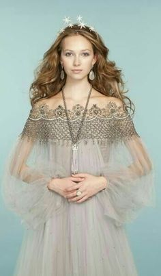 Pretty princess looks: Embroidered tulle dress from Marchesa // Jennifer Behr ti. - Pretty princess looks: Embroidered tulle dress from Marchesa // Jennifer Behr tiara // Pearl neckla - Beautiful Gowns, Beautiful Outfits, Dress Couture, Tulle Dress, Dress Up, Women Artist, Moda Medieval, Mode Boho, Glamour