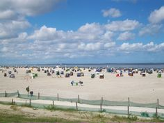 Weißer Sand und Strandkörbe erwarten einen am Strand in Neuharlingersiel. Bei Ebbe kann man von hier aus auch super wattwandern!