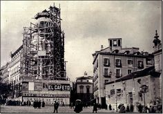 El nacimiento de la Gran Vía. El edificio Metrópolis en plena construcción. Madrid, 1910. Best Hotels In Madrid, Foto Madrid, Madrid Travel, Old City, During The Summer, Trip Planning, Big Ben, Spanish, Architecture