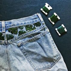 27 Ideas for sewing jeans diy awesome Painted Jeans, Painted Clothes, Diy Clothes Paint, Diy Clothing, Custom Clothes, Customised Clothes, Diy Leather Sandals, Jean Diy, Diy Broderie
