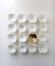 Questa serie di fiori arte parete è disponibile nelle finiture bianco e oro o tutto bianco normale e a mano da porcellana. Basta scegliere Preferenze dal menu a discesa e consentire un altri cinque giorni per la spedizione se si sceglie una finitura oro. Se cè un altro colore che si preferisce, vi prego di contattarmi per discutere - ho una vasta gamma di colori disponibili. Le sculture di fiore levarsi in piedi fuori dal muro e avrà un aspetto minimale con uno sfondo chiaro o neutro o…