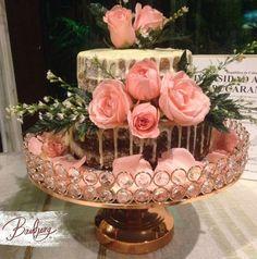 Drip cake con rosas naturales para celebrar una graduación!
