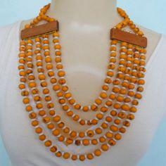 Maxi colar feito de sementes de açaí com pitangas acrílicas e placas de madeira. R$ 15,00