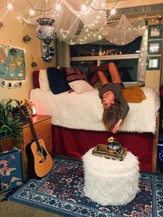 Omg these boho bedrooms are literally gorgeous!! All college students will love these ideas for their college dorm room! #college #dorm #boho Boho Dorm Room, Cool Dorm Rooms, Bohemian Dorm, Boho Diy, Indie Dorm Room, Dorm Room Rugs, Cool Teen Rooms, Bohemian Homes, Decor Room