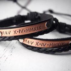 Bracelets de couple personnalisés ensemble de bracelet de | Etsy Bracelets Assortis Pour Couple, Couple Bracelets Leather, Bracelet Couple, Matching Couple Bracelets, Bracelets For Boyfriend, Bracelet Set, Couple Jewelry, Girlfriend Anniversary Gifts, Leather Anniversary Gift