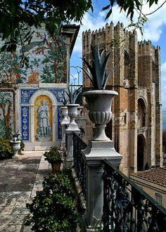 Un balcón donde asomarse a la Sé Cathedral, Lisboa, Portugal