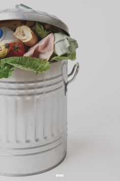 """Das Mindesthaltbarkeitsdatum ist oft verwirrend. Was heißt es genau? Kann man das abgelaufene Lebensmittel denn noch gefahrlos essen? Wir haben uns für euch schlau gemacht und alle wichtigen Infos dazu in einem Beitrag auf unserem online ewe Magzin aufbereitet. Viel Spaß beim Schmökern! PS: """"Mindestens haltbar bis"""" heißt nicht """"tödlich ab""""! :) Shelf Life, Eten"""
