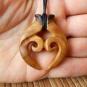 Купить или заказать Кулон - Амулет из дерева 'Узы верности' (Амулет маори) в интернет-магазине на Ярмарке Мастеров. Кулон изготовлен из дикой груши, покрыт льняным маслом. Амулет новозеландских индейцев Маори - Rau Kumara символизирует две жизни переплетенные в вечном союзе дружбы и верности. Кору (Спираль) - символ закрученного 'новорожденного' листа папоротника. Означает новое начало, спокойствие и гармонию, личный рост и хорошие изменения. Все кулоны вырезаются и шлифуются ...