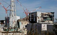 爆発で破損した原子炉建屋は今も無残な姿をさらす(12日、福島県大熊町)=代表撮影