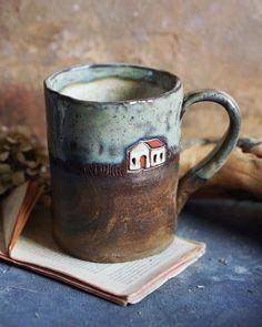 krus kop keramik, glasur, hus , dekoreret - cup cups mug mugs , painte decorated Ceramic Tableware, Ceramic Cups, Ceramic Art, Pottery Mugs, Ceramic Pottery, Thrown Pottery, Pottery Plates, Slab Pottery, Mugs Sharpie