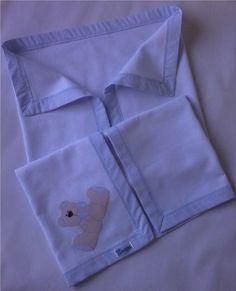 Cueiro em flanela com barrado e aplique em tecido 100% algodão. *As cores ou estampas para o viés podem ser escolhidas e o tema para o aplique pode ser personalizado. Consulte disponibilidade. R$ 51,90