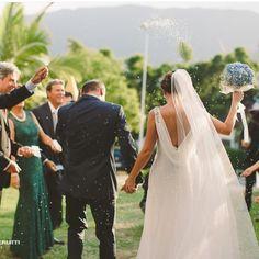 Enfim casados ❤️🙏 📷 @carolinecerutti  #love #wedding #weddingday #couple #casamento #noivos #casados #noiva #noivasrj #noivasrio #noivas2015 #noivas2016 #fotografiadecasamento #casamentodedia #casamentoatarde #enfimcasados #branconoaltar