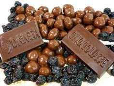 Blueberries (arándanos azules) cubiertos de chocolate oscuro. Dulces y deliciosos blueberries cubiertos en nuestro excepcional chocolate oscuro 60% cacao. Q35 la bolsita de 70 gramos.