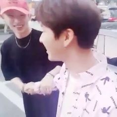 Holding hands @official_monsta_x #monstax #monsta_x #starshipentertainment #wonho #hyungwon #jooheon #kihyun #changkyun #shownu #minhyuk #monbebe #원호 #형원 #셔누 #기현 #주헌 #민혁 #아이엠 #IM #몬스타엑스