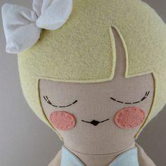 Elsie es una muñeca de trapo cosido meticulosamente, con mano embriodered y detalles aplicados. Sólo los mejores y más duraderos materiales fueron utilizados en su producción. Elsie es seguro, y puede ser suavemente mano lavada con agua fría y jabón suave.