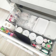 ---2018.01.11 キッチン収納の見直し といってもあまり変わらず、だいたいの定位置が決まってきてます シンク下の引き出しは使用頻度が高い物を収納しています♩ 洗剤の一部やラップなどは詰め替えはせずに使っているので、ちょっと賑やかに見えますねでも使いやすいのでそのままです♡ フリーザーバッグは箱から出して、ダイソーで購入した6つに仕切ってあるケースに入れてます✨取りやすいし、どれくらいあるか一目でわかるのも◎イケアのフリーザーバッグは可愛くてつい買い過ぎちゃうので、ケースに入る分+各サイズ1箱ストックまでと決めてます #収納#整理整頓#シンク下収納#引き出し収納#キッチン#フリーザーバッグ#フリーザーバッグ収納#イケア#ダイソー#楽天room#一条工務店#アイスマート#マイホーム#注文住宅#コンパクトハウス#シンプル#シンプルライフ#マイルール#持ちすぎない#暮らし#日々の暮らし#子供のいる暮らし#丁寧な暮らし#暮らしを楽しむ#シンプルな暮らし#すっきり暮らす#シンプルホーム