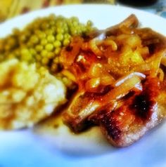 Pork chops with a basic pan sauce served with mashed potatoes and peas. White Meat, Pork Chops, Eating Well, Mashed Potatoes, Cauliflower, Favorite Recipes, Chicken, Vegetables, Food