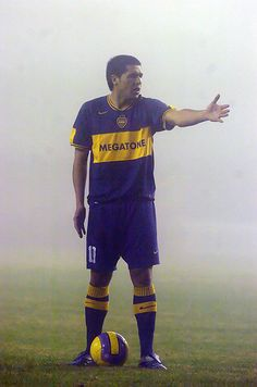 FÚTBOL. 2007. Juan Román Riquelme en #Boca, bajo la niebla. Football Is Life, Sport Football, Football Shirts, Roman, Chelsea, Football Drills, Team Games, Sporty Girls, Sport Photography