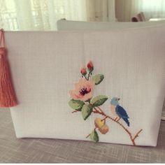 Art N Craft, Fitness Inspiration, Watercolor Art, Instagram, Crafts, Embroidered Bag, Punto De Cruz, Dots, Bags