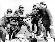 Empfehlenswerter Artiekl: Der Zweite Weltkrieg ist der erste fotografisch umfassend dokumentierte Krieg der Geschichte. Bilder halten nicht nur bestimmte Momente fest; sie bezeugen auch, wie diese aus Sicht der Beteiligten gesehen werden sollten. http://www.bpb.de/gesellschaft/medien/bilder-in-geschichte-und-politik/73150/ende-des-zweiten-weltkriegs?p=all#