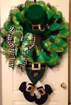 Thinking about homemade Saint Patrick's Day wreaths? Patrick's Day Wreaths Which You can DIY in minutes. Diy St Patricks Day Wreath, St. Patricks Day, Saint Patricks, St Patrick's Day Decorations, Festival Decorations, Wreath Crafts, Diy Wreath, Wreath Ideas, Book Wreath