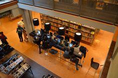 Drukte op de iPad tafel in de bibliotheek van Alkmaar Centrum.