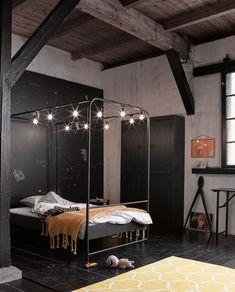 Elk meisje droomt van een hemelbed. Dit bed is gemaakt van metaal en is met een zwarte poeder coating afgewerkt. Hierdoor krijgt het bed een stoere en tijdloze uitstraling, waardoor je jaren met dit bed vooruit kunt! #tienerkamer #vtwonen #roominspiration #teenageroom