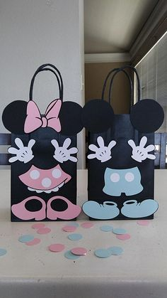 WANT TO CUSTOMIZE YOUR ORDER? PLEASE EMAIL ME, ID LOVE TO DO IT. MICKEY AND MINNIE MOUSE Favor Bags: - Set of 10 Favor Bags @ $22.50 DESCRIPTION OF PRODUCTS: *All products are made of card stock *All favor bags are 8.5 Height and 5.24 Length without handles SHIPPING AND HANDLING
