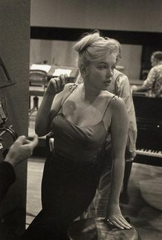 """"""" Marilyn Monroe in the recording studio for Let's Make Love """" """"Marilyn Monroe im Tonstudio für Let's Make Love"""" Marylin Monroe, Marilyn Monroe Kunst, Estilo Marilyn Monroe, Marilyn Monroe Photos, Brigitte Bardot, Classic Hollywood, Old Hollywood, Lets Make Love, Cinema Tv"""
