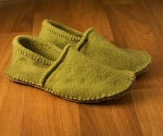 Bryony Brown- Instructables- Slippers from an old sweater These slippers look very cosy and comfy. I am very impressed with the stitching and quality of the slippers as I would never of guessed they were produced from an old sweater. Diy Pullover, Pullover Upcycling, Alter Pullover, Wooly Jumper, Old Sweater, Sweater Coats, Fabric Crafts, Sewing Crafts, Sewing Projects