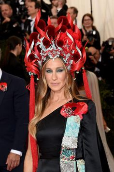 Leave It to Sarah Jessica Parker to Go All Out at the Met Gala wearing Philip Treacy headpiece and a poppy embroidered cape — designed by SJP herself in collaboration with H&M Sarah Jessica Parker, Philip Treacy, Met Gala Red Carpet, Races Fashion, 3d Fashion, Runway Fashion, Fashion Trends, Dark Lips, Celebrity Beauty