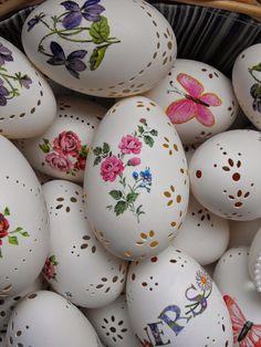 Ostereier perforieren und mit Stickers verzieren