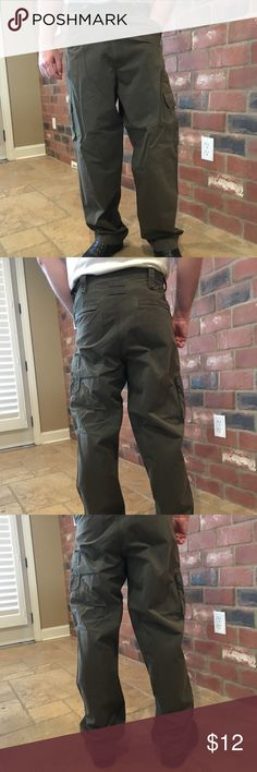 "Roundtree & Yorke Olive Green Cargo Pants 34 x 32 Gently used cargo pants. These were washed in cold-hung to dry. Smoke free, bird only pet:) Model is 5' 11"" and weighs 182#. Roundtree & Yorke Pants Cargo"