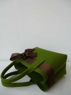 Bezaubernde Handtasche aus 3 mm starkem Wollfilz mit eingezogener Schleife. Die wunderschöne Handtasche aus hochwertigem Wollfilz hat ein schönes Format- nicht zu klein und nicht zu groß für den...