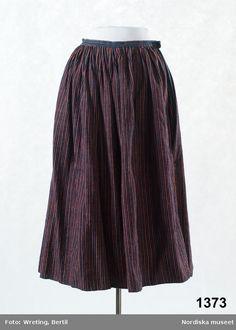 Kjol av halvylle vävd i tuskaft, varp av vitt lingarn, inslag av entrådigt ullgarn, smalrandig i blått, rött och rosa, samma tyg som i tillhörande tröja 1372. Sydd av en hel våd, tätt veckad upptill, mot 2,5 cm bred midjelinning av ett liknande blå-och rödrandigt tyg, sprund i sömmen som är på vänster sida. I nederkanten enkel smal fåll, ingen skoning.  Stoppad på flera ställen med tjockt brunt ullgarn. Smärre malskador. Handsydd med oblekt lintråd. /Berit Eldvik 2011-06-28 Comfortable Outfits, Dress To Impress, Midi Skirt, Textiles, Skirts, Clothes, Diy Keychain, Dresses, Beautiful Things