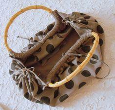 ..................ogni promessa è debito!   E allora ecco il tutorial della borsa con i manici di bambù un pò cicciottella!!!!!   Spero p...