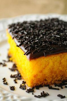 Não vai conseguir resistir a esta tentação que, além do mais é bem fácil de fazer! #bolocenoura #bolos #receitas #sobremesas