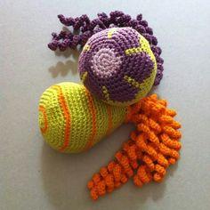 Deze inktvisjes zijn gemaakt door Peggy Heyninck. Preemie Octopus, Water Animals, Jellyfish, Crochet Earrings, Stitch, Pattern, Crafts, Octopus, Legs