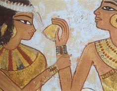 A vaidade no antigo egíto não foram exceção. Homens e mulheres se maquiavam pesadamente e acreditavam que o costume invocava a proteção dos deuses, mais exatamente Horus e Ra. Os cosméticos eram feitos à base de diversos minerais e misturados a uma substância chamada Kohl. A mistura era aplicada aos olhos com utensílios feitos de madeira, osso e marfim. Também era bastante comum o uso de perfumes, feitos com uma base de óleo, mirra e canela.