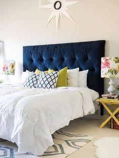 decoração clean para quarto com cabeceira estofada casal azul marinho e cúpula de abajur estampado